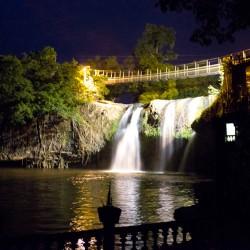 Paronella Park - Wasserfall bei Nacht