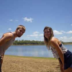 Dennis und Alisa gucken in die Kamera am See