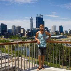 Dennis mit der Perth Skyline